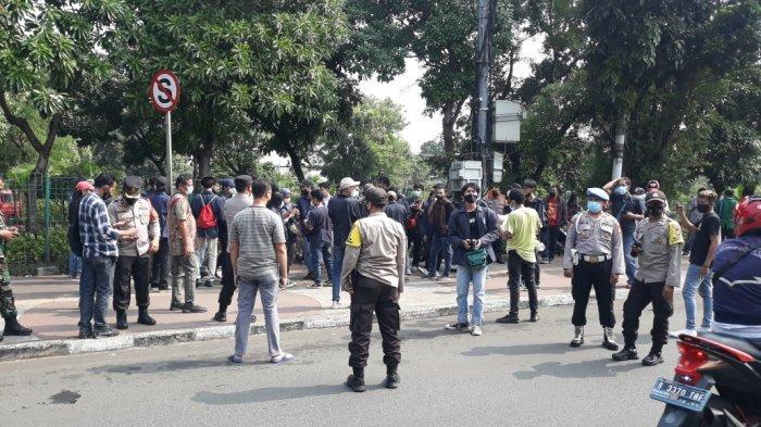 Mahasiswa yang menolak PPKM Level 4 saat membubarkan diri dari kolong Flyover Pasar Rebo, Ciracas, Jakarta Timur, Jumat (23/7/2021).