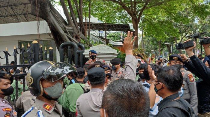 Suasana aksi unjuk rasa tolak Pemprov DKI gelar Formula E di depan Gedung DPRD DKI Jakarta, Senin (13/9/2021).