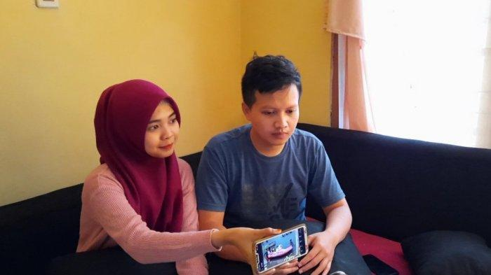 Pasangan pengantin baru Deny Indra Setiardi (28) dan Diana Nabillah (23) yang melangsungkan pernikahan di tengah banjir melanda Perumahan Pondok Hijau Permai, Bekasi, Sabtu (20/2/2021).