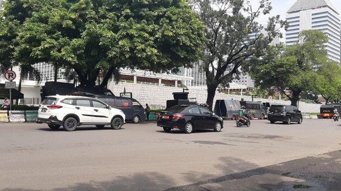 Suasana arus lalu lintas di depan Kedubes AS, Jalan Medan Merdeka Selatan, Jakarta Pusat, Selasa (18/5/2021).
