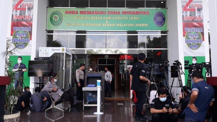 Tampak lobby depan Pengadilan Negeri Jakarta Timur menuju ruang sidang utama lokasi sidang perkara dugaan pelanggaran protokol kesehatan Rizieq Shihab, Kamis (27/5/2021).