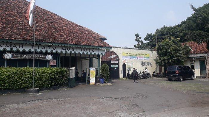 Tampak depan Rumah Piatu Muslimin di Jalan Kramat Raya no. 11 Jakarta Pusat pada Senin (19/4/2021).