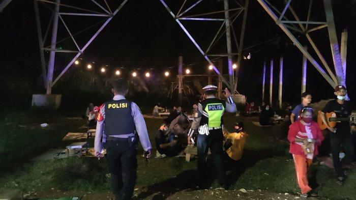 Petugas gabungan membubarkan warga yang berkerumun pada malam tahun baru di kawasan Grand Depok City, Jumat (1/1/2021).