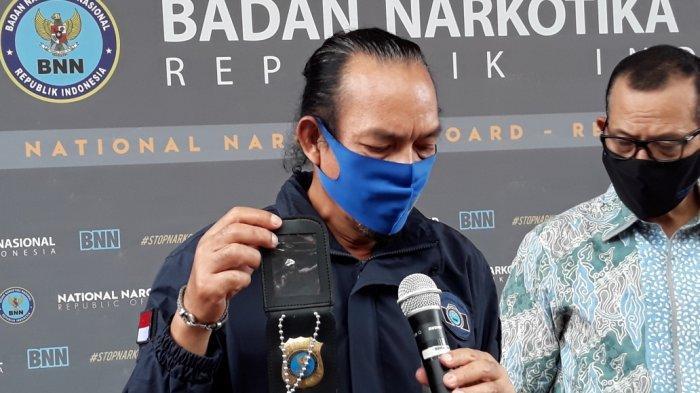 Deputi Pemberantasan BNN Irjen Arman Depari saat menunujukkan barang bukti tanda pengenal palsu yang digunakan pelaku di Kantor BNN, Jakarta Timur, Rabu (5/8/2020).