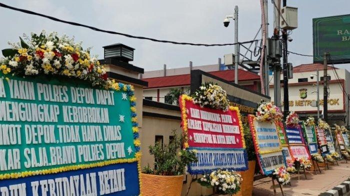 Deretan karangan bunga di bagian depan Polres Metro Depok, Senin (19/4/2021). Karangan bunga tersebut guna mendukung polisi usut dugaan korupsi di Damkar