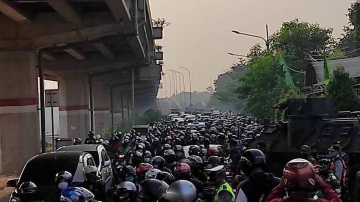 Kemacetan panjang di Jalan Kalimalang arah Jakarta imbas ditutupnya jalan selama PPKN Darurat.