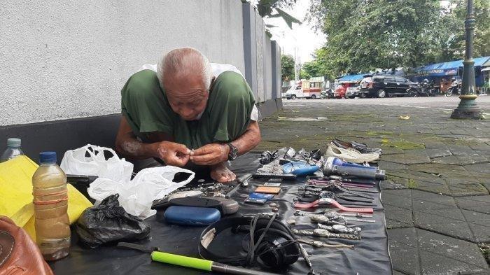 Kisah Kakek Projo 71 Tahun: Kerja Reparasi Jam Sejak Jam Sejak 6 Pagi Demi Bantu Nafkahi Adik