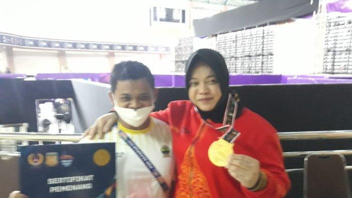 Lifter asal Jawa Tengah, Diah Ayu Permatasari berhasil menjadi yang terkuat dan memecahkan rekor nasional di kelas 76 Kg angkat besi PON Papua, di Auditorium Universitas Cendrawasih, Jumat (8/10/2021).