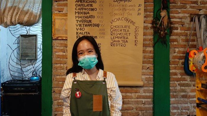 Diah, owner Pulang Ke Rumah Coffee di wilayah Cipayung, Jakarta Timur, Kamis (7/1/2021).