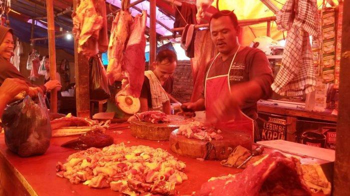 Didid, seorang pedagang daging sapi di Pasar Anyar Tangerang, Senin (3/6/2019).