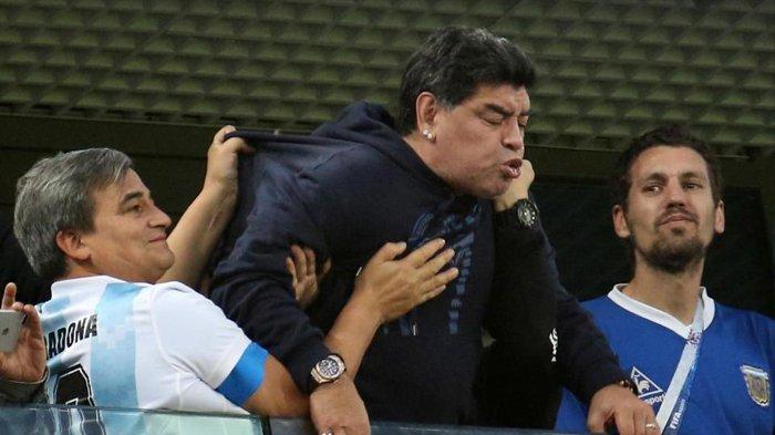 Maradona terlihat marah dan mengacungkan jarinya