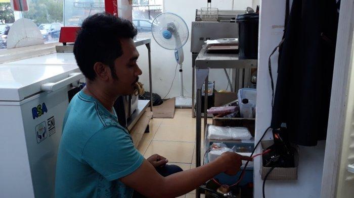 Dimas Saputra (30) saat menunjukkan lokasi tabung gas 3 kilogram yang diambil pelaku di Makasar, Jakarta Timur, Kamis (3/12/2020).