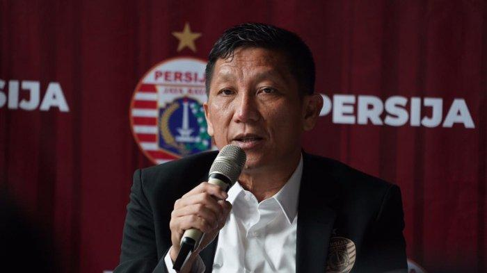 Direktur olahraga Persija Jakarta, Ferry Paulus saat mengumumkan pelatih baru Sergio Farias di kompetisi musim depan.