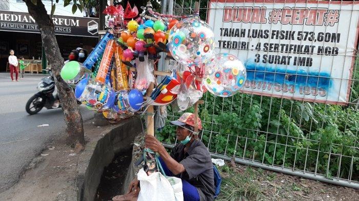 Kisah Dirja, Penjual Mainan Keliling yang Sudah Haji dan Sedang Menabung untuk Umrah dengan Istri