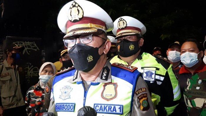 Dirlantas Polda Metro Jaya Kombes Pol Sambodo Purnomo Yogo saat diwawancarai terkait penyekatan di Jalan Kemang Raya, Mampang Prapatan, Jakarta Selatan, Senin (21/6/2021).