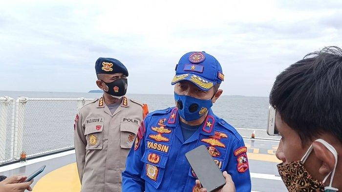Dirpolair Korpolairud Baharkam Polri Brigjen Yassin Kosasih saat memberikan keterangan di atas KP Bisma 8003, Minggu (10/1/2021) siang. Korpolairud Baharkam Polri mengerahkan 10 armada kapal untuk pencarian Sriwijaya Air SJ182 di perairan sekitar Pulau Laki.