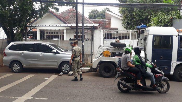 Petugas Dishub Tempel Stiker Tilang Mobil yang Ditinggal Sopir di Tiang Listrik Pondok Labu