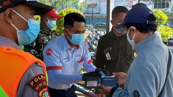 Dinas Perhubungan Kota Tangerang dan petugas KAI yang memeriksaSurat Tanda Registrasi Pekerja (STRP) kepada penumpang di Stasiun Tangerang, Senin (12/7/2021).