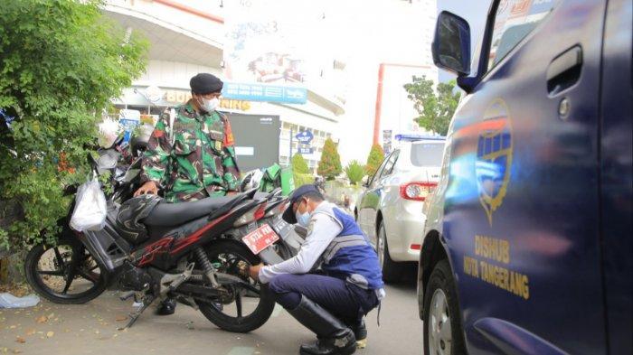 Ratusan Ban Kendaraan di Kota Tangerang Digembos Petugas karena Parkir Liar