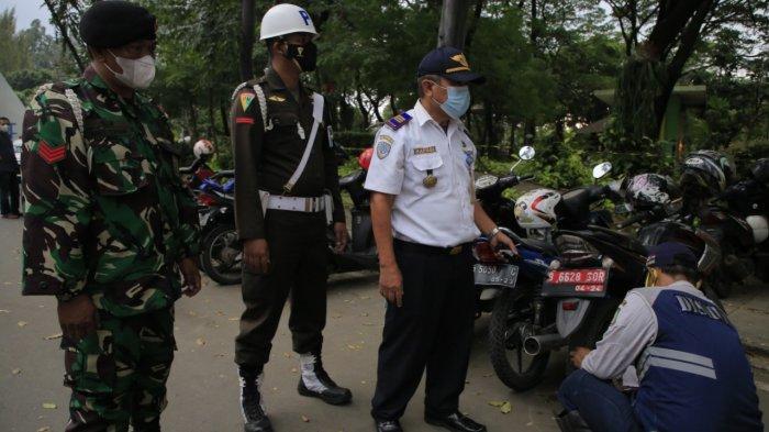 Dinas Perhubungan Kota Tangerang mengempiskan ban kendaraan yang parkir secara liar dibeberapa lokasi, Kamis (29/4/2021).