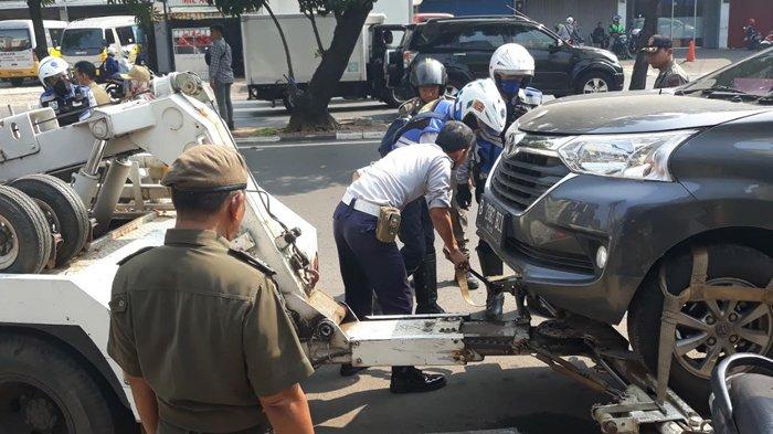 Retak Kaki, Petugas Derek di Jakarta Barat Terseret Taksi 10 Meter hingga Terbentur Polisi Tidur