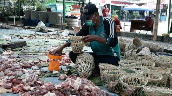 Kelurahan Ciracas Bagikan 1.500 Bongsang ke Panitia Pemotongan Hewan Kurban