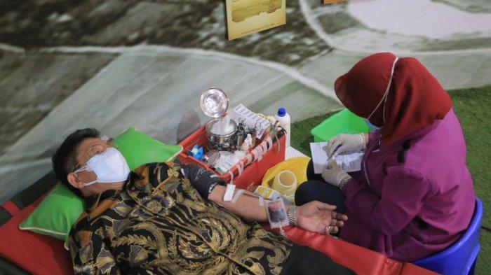 Palang Merah Indonesia (PMI) Kota Tangerang melakukan donor plasma konvalesen di Pusat Pemerintahan Kota Tangerang, Minggu (15/8/2021).