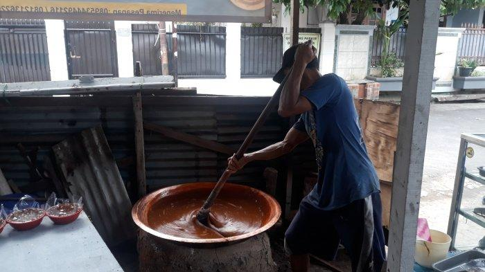 Cerita Pengrajin Dodol Betawi di Pasar Minggu Menatap Lebaran: Berusaha Bangkit Usai Dipukul Pandemi - dodol-ibu-zakiyah.jpg