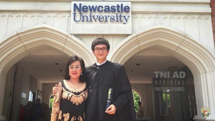 dokter Jason saat menyelesaikan pendidikan S2 di Newcastle University, Inggris.