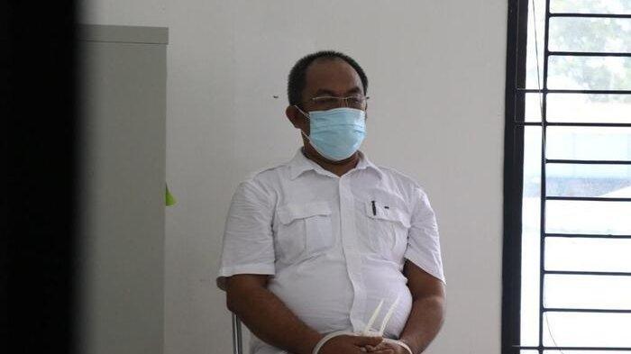 Dokter Kristinus Saragih yang bekerja sebagai pegawai negeri sipil di Dinas Kesehatan Sumut diserahkan ke Kejari Medan, Kamis (15/7/2021).