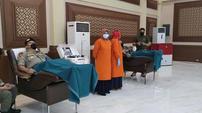 Proses donor darah dan plasma konvalesen personel Korps Brimob Polri Kelapa Dua, Cimanggis, Kota Depok.