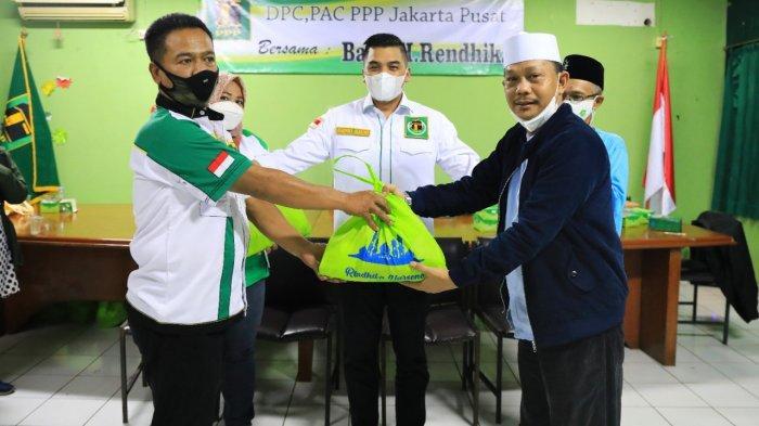 Jelang Idul Fitri, PPP Bagi Bantuan Sembako untuk Warga di Kemayoran