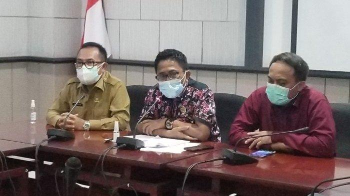 Ketua DPRD Kota Tangerang, Gatot Wibowo (baju hitam merah) saat ditemui di kantornya memberikan klarifikasi soal baju dinas mewah senilai Rp 675 juta, Selasa (10/8/2021).
