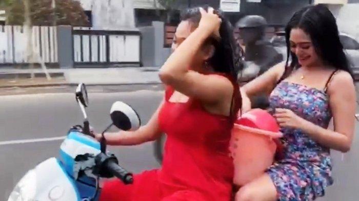 Nasib Terkini 2 Wanita Nekat Mandi & Keramas di Motor Melaju, Pelaku Minta Maaf Sebesar-besarnya