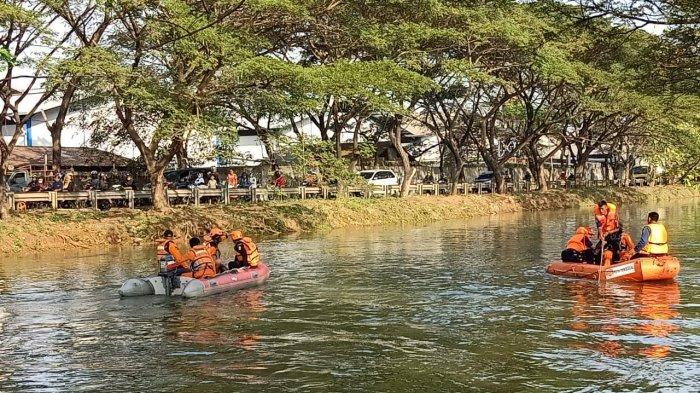 Tim SAR Masih Mencari Dua Pemuda yang Terseret Arus Saat Cuci Kaki di Pinggir Kali Bayur