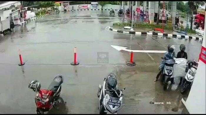 Detik-detik 2 Pria Curi 36 Paket dari Motor saat Kurir Tarik Uang di ATM SPBU Tangerang