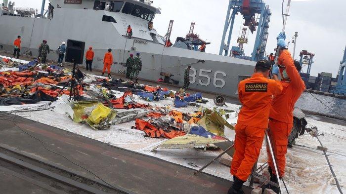 Tim SAR TNI AL Evakuasi 3 Kantong Serpihan Pesawat Sriwijaya SJ 182 dan 1 Kantong Berisi Tulang