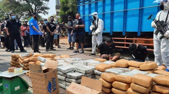 Setengah Ton Ganja Kering Asal Aceh Diangkut Truk Berisi Pisang: Sopir Nyaris Berhasil Kabur