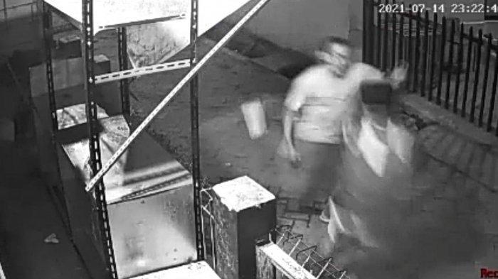 Tangkapan layar rekaman CCTV detik-detik duel maut antara sopir truk dan teman lamanya di Jalan Swadaya I, RW 011 Semper Timur, Cilincing, Jakarta Utara Rabu (14/7/2021) malam.