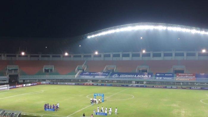 Suasana pertandingan Liga 1 pekan kedua antara Persik Kediri vs Borneo FC di stadion Pakansari