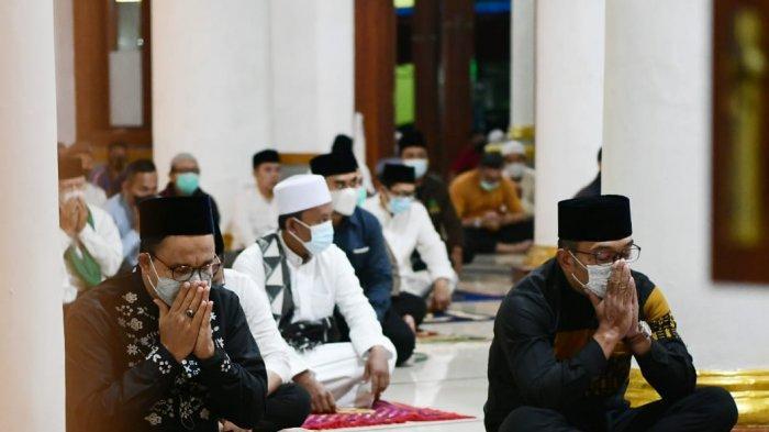 Gubernur DKI Jakarta Anies Baswedan dan Gubernur Jawa Barat Ridwan Kamil saat subuhan bareng di Masjid Agung Sumedang, Jawa Barat, Jumat (11/6/2021).