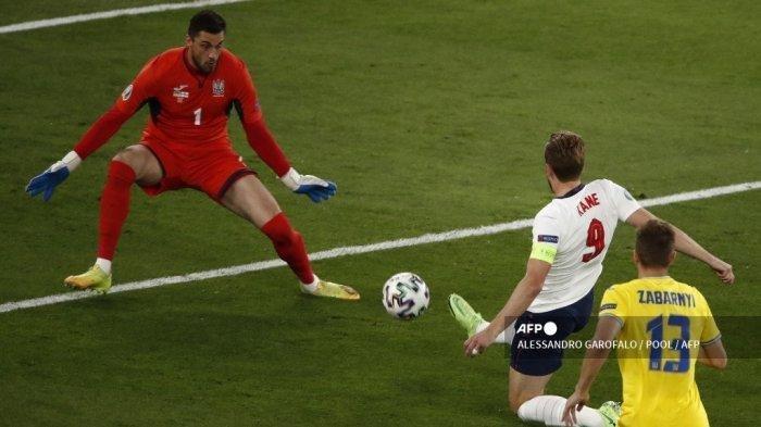 Pemain depan Inggris Harry Kane mencetak gol pembuka selama pertandingan sepak bola perempat final UEFA EURO 2020 antara Ukraina dan Inggris di Stadion Olimpiade di Roma pada 3 Juli 2021.