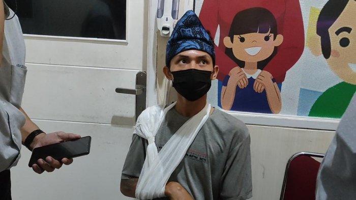 Egi (22), sopir truk yang menjadi korban penganiayaan, mengalami patah tangan usai dipukuli berkali-kali oleh pengemudi Mitsubishi Pajero, OK (40).
