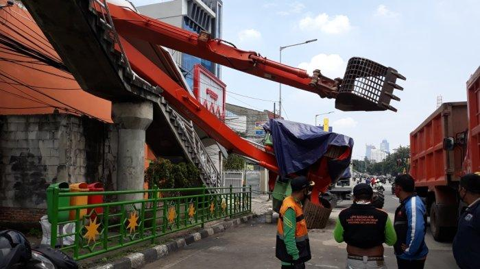 Ekskavator Dinas Lingkungan Hidup DKI Jatuh dan Timpa JPO Kampung Melayu