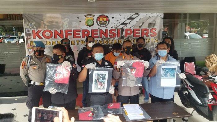 Polres Metro Tangerang Kota saat melakukan ungkap kasus pencurian dengan kekerasan yang mengakibatkan korbannya meninggal dunia, Rabu (24/2/2021).