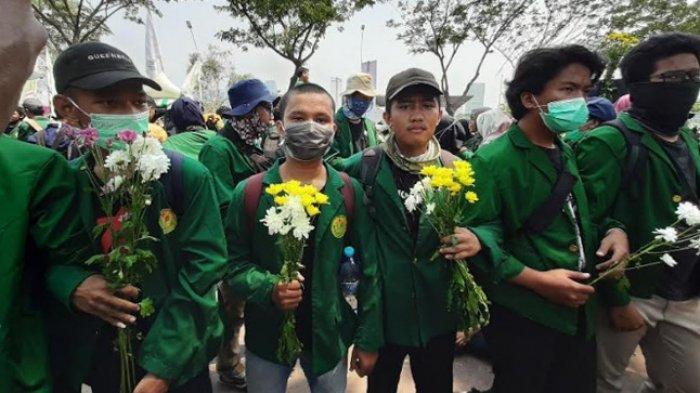 Sebagai Tanda Duka Mahasiswa Meninggal, Ratusan Bunga Dibawa Massa