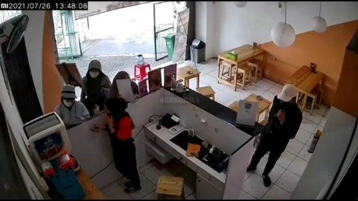 Satu Keluarga Berbagi Tugas Saat Beraksi Curi Ponsel Milik Pelayan Restoran, Aksinya Terekam CCTV