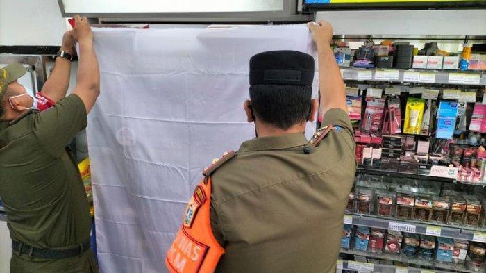 Boleh Jualan, Tapi Tak Dipajang, Satpol PP Tutup Etalase Rokok Minimarket di Jakarta dengan Kain