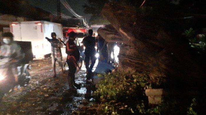 Jalan Pajajaran Pamulang Gelap Gulita Usai Beringin Tumbang Diterpa Hujan Angin