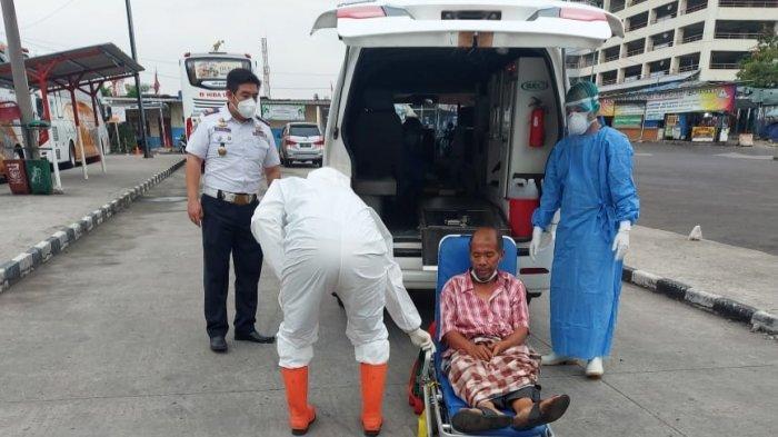 Satgas Covid-19 Evakuasi Warga Jakarta yang Tergeletak di Stasiun Depok Baru